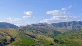 Cielo blu con le nuvole bianche sopra i pendii di montagna, lasso di tempo archivi video