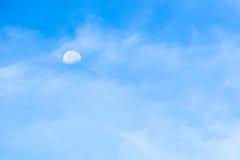 Cielo blu con le nuvole e la luna Immagini Stock Libere da Diritti