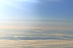 Cielo blu con le nuvole e le montagne Fotografia Stock