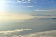 Cielo blu con le nuvole e le montagne Fotografia Stock Libera da Diritti