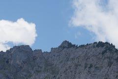 Cielo blu con le nuvole e le montagne in Austria immagini stock libere da diritti