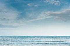 Cielo blu con le nuvole ed onda sul mare Fotografia Stock