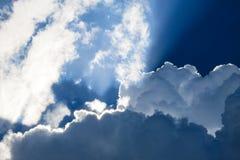 Cielo blu con le nuvole forte accese Fotografia Stock