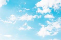Cielo blu con le nuvole informi bianche lacerate fotografie stock libere da diritti