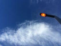 Cielo blu con le nuvole ispiratrici e la luce fotografia stock