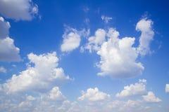 Cielo blu con le nuvole molti cubi Fotografie Stock