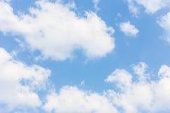 Cielo blu con le nuvole per fondo immagine stock libera da diritti