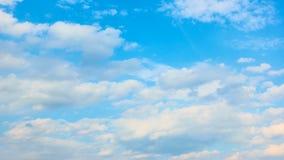 Cielo blu con le nuvole veloci del mucchio archivi video