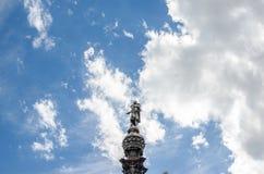 Cielo blu con le piccole nuvole e una statua di Barcellona Immagini Stock Libere da Diritti