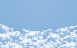 Cielo blu con molte nuvole Immagini Stock Libere da Diritti