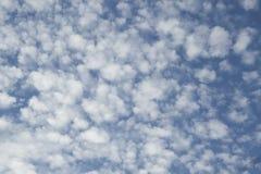 Cielo blu con molte piccole nuvole lanuginose immagini stock libere da diritti