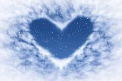 Cielo blu con neve e nuvole nella forma del cuore Fondo di amore e felice fotografia stock libera da diritti