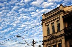 Cielo blu, costruzione coloniale Immagine Stock