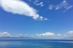 Cielo blu del lago Sayram Sailimu Immagini Stock Libere da Diritti