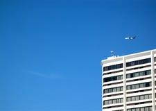 Cielo blu dell'aeroplano dell'hotel fotografia stock