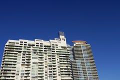 Cielo blu dell'alto di aumento particolare della costruzione Immagine Stock