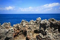Cielo blu dell'isola dell'oceano del mare della roccia fotografia stock libera da diritti