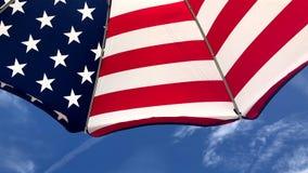 Cielo blu dell'ombrello di spiaggia della bandiera americana archivi video