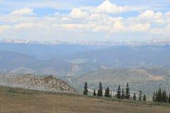 Cielo blu della montagna fotografie stock