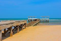 Cielo blu della sabbia di mare del crogiolo di molo Immagine Stock