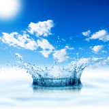 Cielo blu della spruzzata dell'acqua Immagine Stock