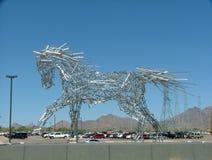 Cielo blu di camminata trasparente del grande della barretta cavallo di alluminio dell'estratto immagini stock libere da diritti