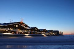 Cielo blu di crepuscolo sopra Norrbottensteaternin Luleå immagine stock