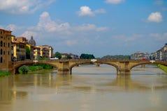 Cielo blu di Florence Tuscany Italy Under Bright del ponte di Ponte Vecchio del punto di riferimento fotografia stock libera da diritti