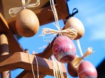 cielo blu di legno di galleggiamento dell'uovo di Pasqua fotografie stock libere da diritti