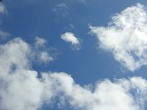 Cielo blu di mezzogiorno con le nuvole Immagini Stock