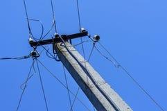 Cielo blu di Palo di energia Colonna concreta, cavi elettrici Alimentazione elettrica, curvatura della linea di energia Fotografie Stock
