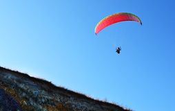 Cielo blu di parapendio Fotografia Stock Libera da Diritti
