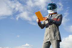 Cielo blu di Using Futuristic Tablet dell'astronauta di affari Fotografia Stock Libera da Diritti