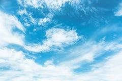 Cielo blu dipinto con le nuvole bianche Immagine Stock