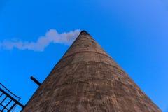 Cielo blu e camino bianchi del fumo Immagine Stock Libera da Diritti