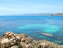 Cielo blu e chiara acqua nelle rocce del canale fotografia stock