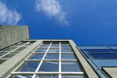 Cielo blu e cima delle costruzioni immagine stock
