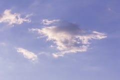 Cielo blu e coluds bianchi Immagini Stock