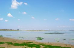 Cielo blu e lago Immagine Stock