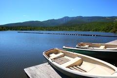Cielo blu e lago nella montagna immagini stock libere da diritti