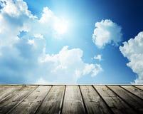 Cielo blu e legno nuvolosi fotografia stock