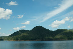 Cielo blu e montagna in acqua Fotografie Stock Libere da Diritti