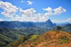 Cielo blu e montagna a Vang Vieng Laos Fotografie Stock Libere da Diritti