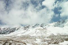 Cielo blu e montagne innevate bianche e del nuvola Fotografie Stock