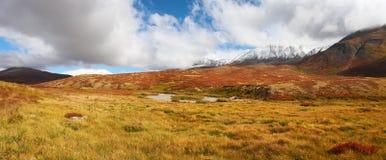 Cielo blu e montagne, panorama. fotografia stock libera da diritti