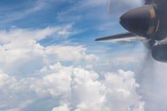 Cielo blu e nubi Vista dalla finestra dell'aeroplano Fotografie Stock Libere da Diritti