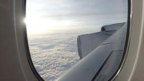 Cielo blu e nuvole bianche dall'interno della finestra di cabina dell'aeroplano archivi video