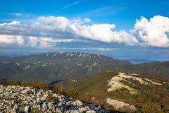 Cielo blu e nuvole bianche: Monte Gennaro, Roma, Italia fotografie stock