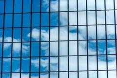 Cielo blu e nuvole che riflettono su una costruzione Fotografie Stock Libere da Diritti