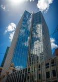 Cielo blu e nuvole che riflettono su una costruzione Fotografie Stock